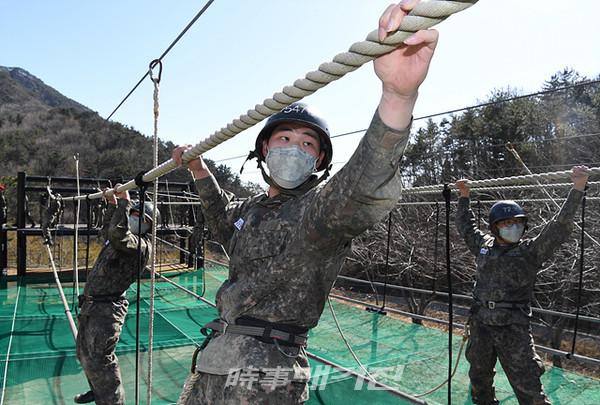 12일(목), 해군교육사령부 야전교육대대에서 실시한 '664기 해군병 야전교육훈련'에서 664기 해군병이 각개전투 훈련을 하고 있다. (사진_해군교육사령부)